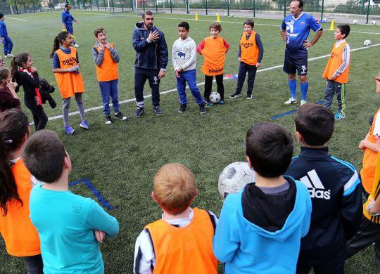 Apprendre l'italien en jouant au foot : écoliers écoutent les consignes